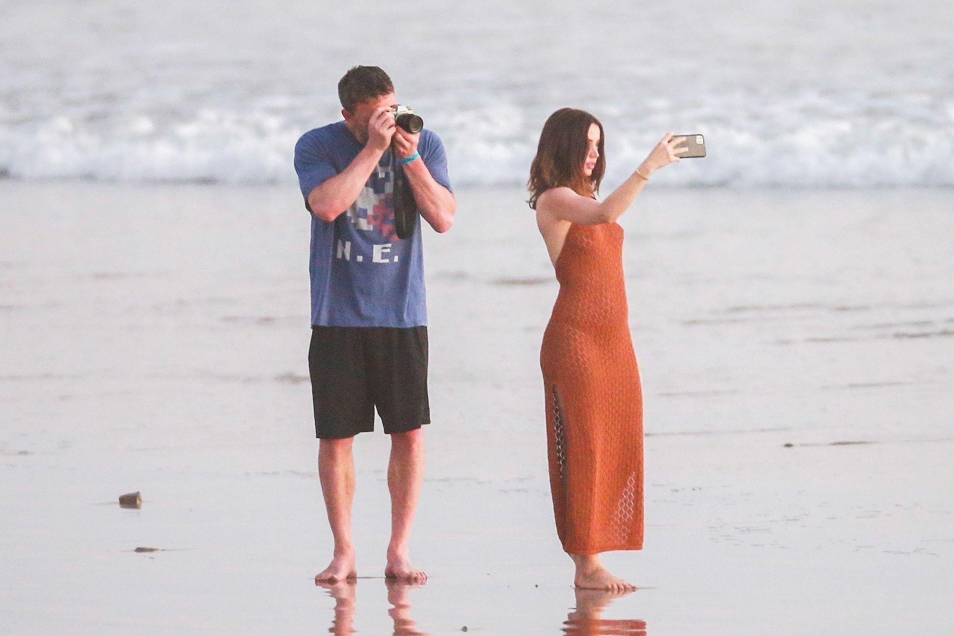 Ben Affleck & Ana De Armas Enjoy A Pda Moment During Romantic Beach Stroll In Costa Rica 0022