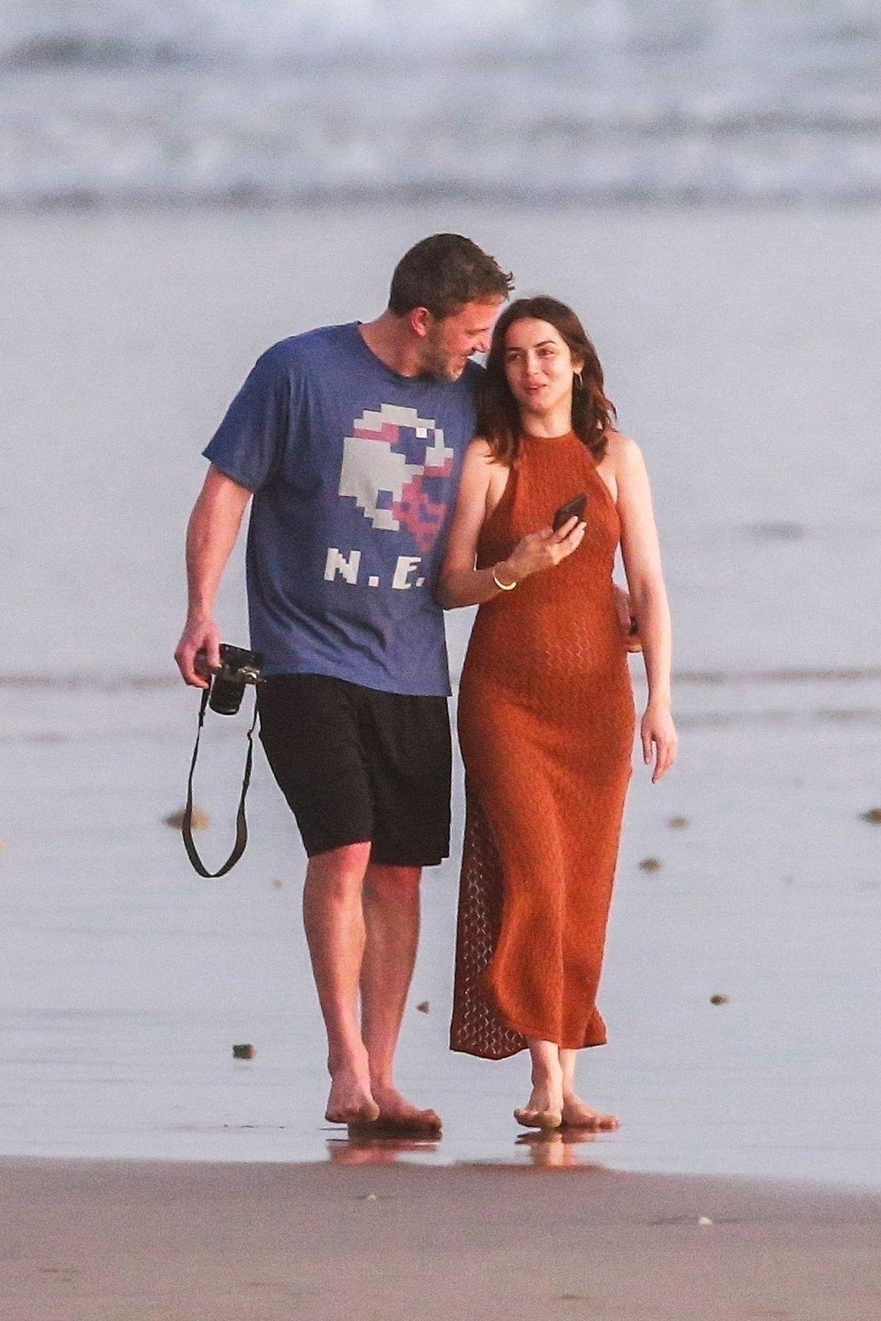 Ben Affleck & Ana De Armas Enjoy A Pda Moment During Romantic Beach Stroll In Costa Rica 0025