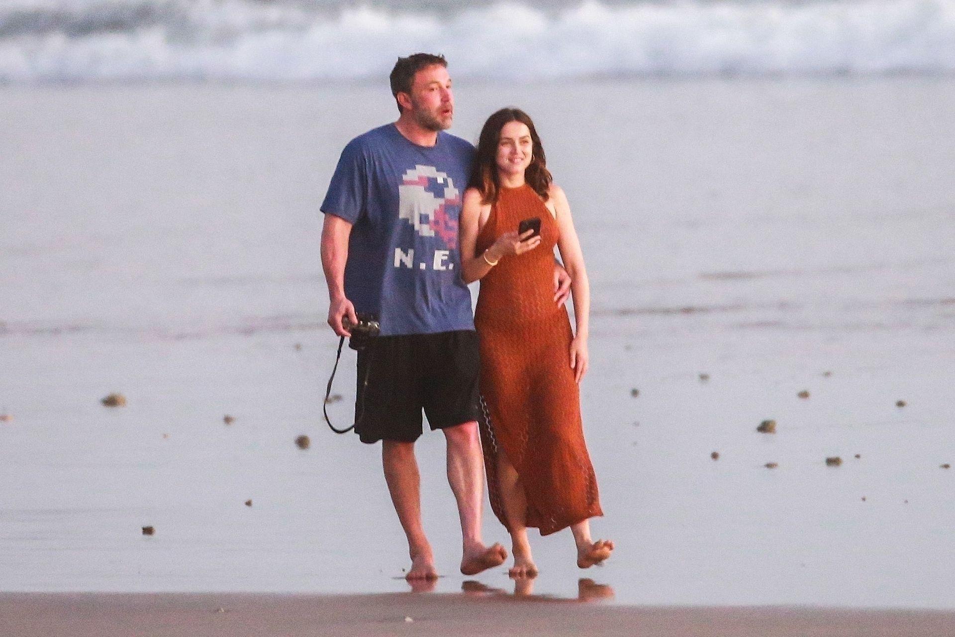 Ben Affleck & Ana De Armas Enjoy A Pda Moment During Romantic Beach Stroll In Costa Rica 0028