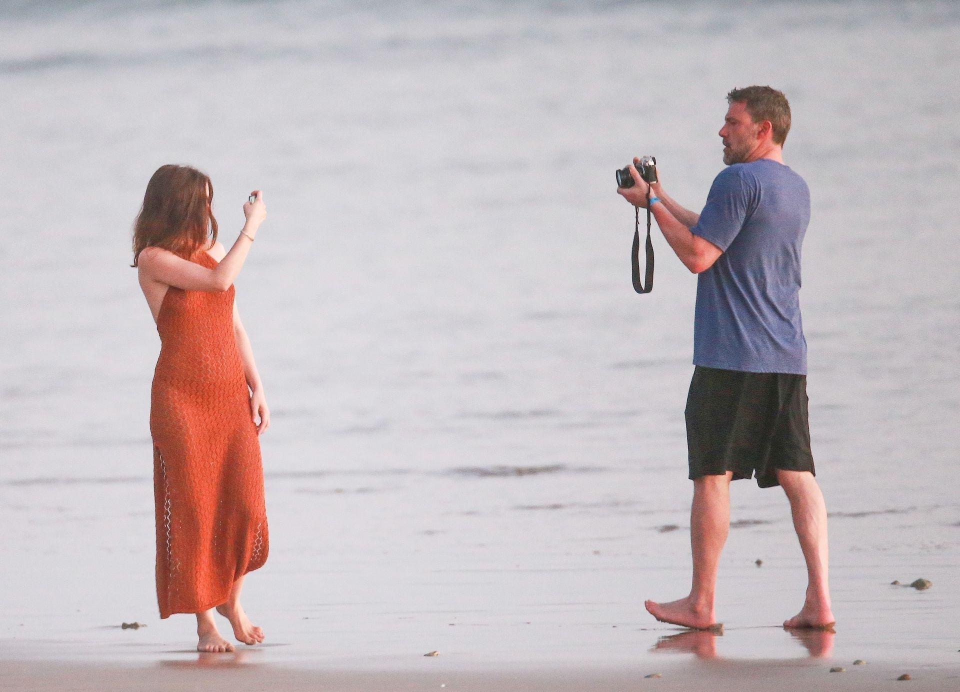 Ben Affleck & Ana De Armas Enjoy A Pda Moment During Romantic Beach Stroll In Costa Rica 0032