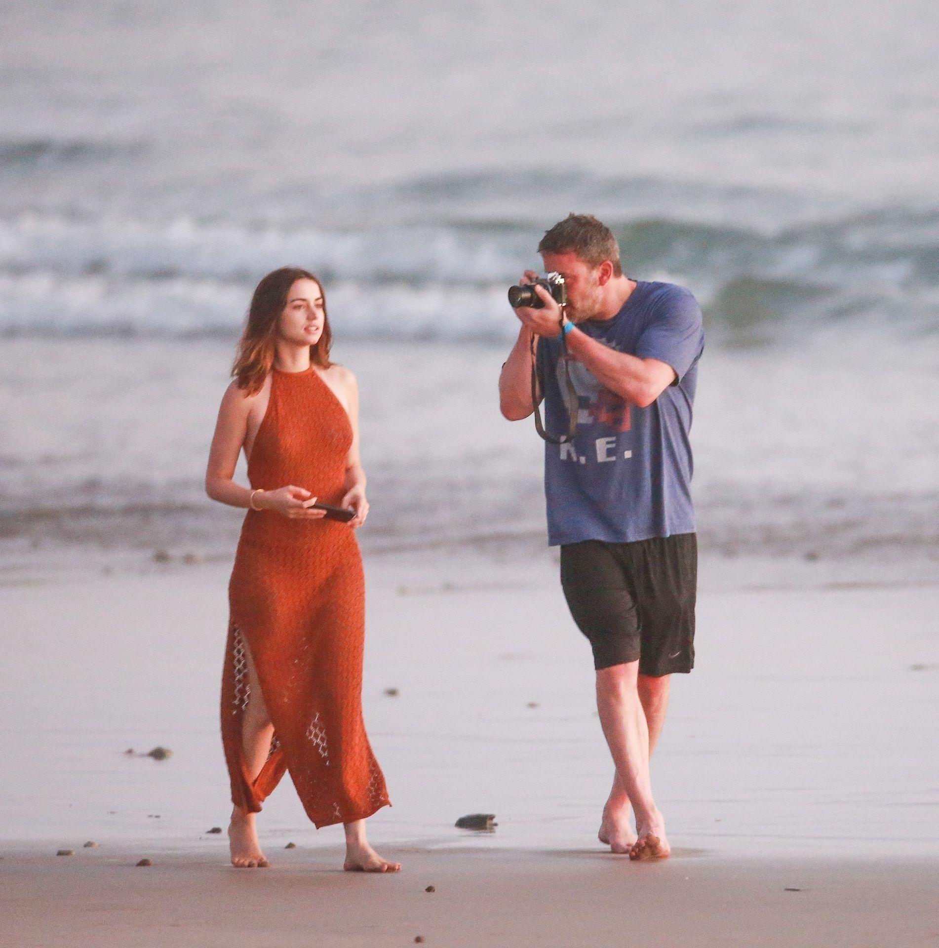 Ben Affleck & Ana De Armas Enjoy A Pda Moment During Romantic Beach Stroll In Costa Rica 0034