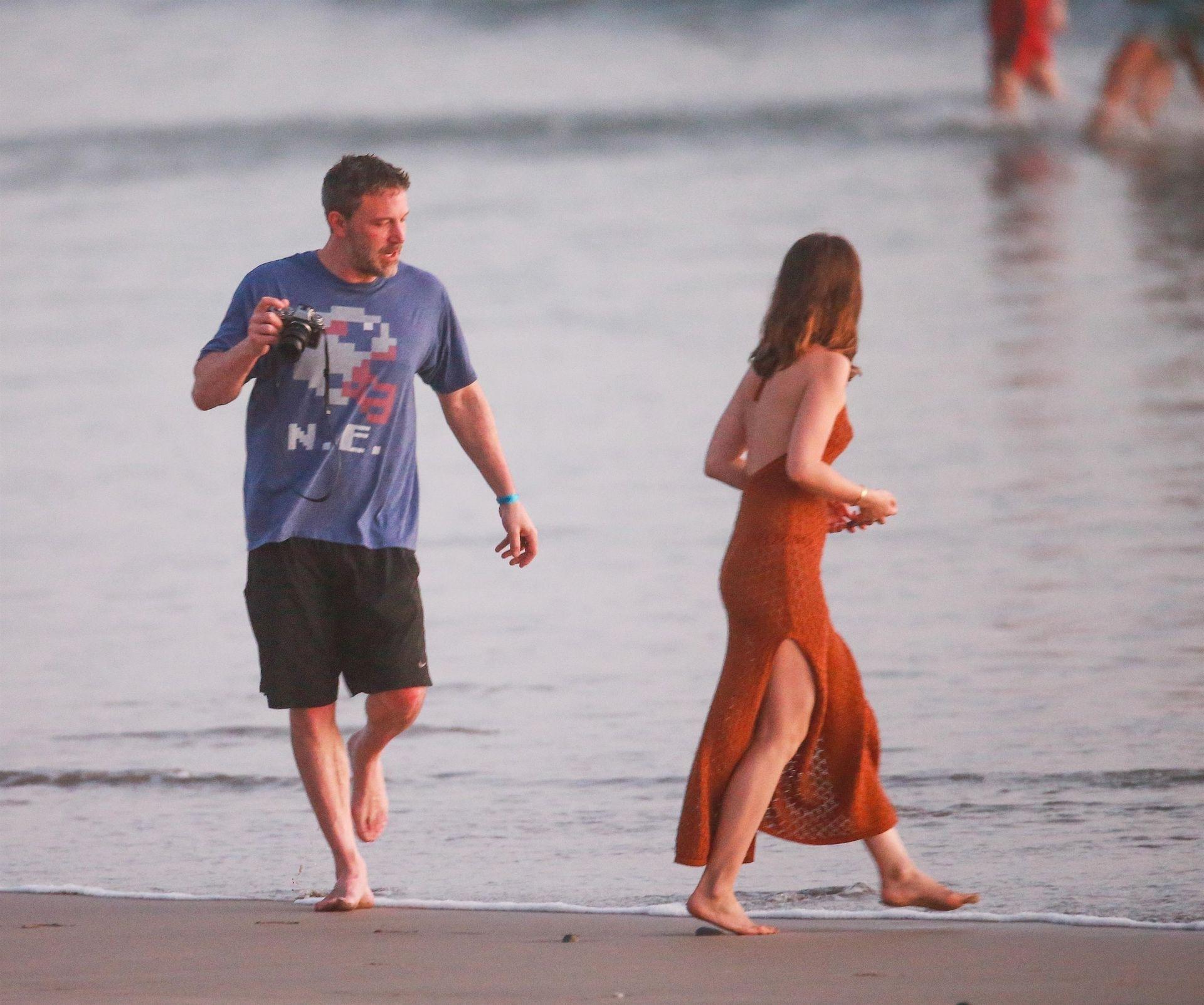 Ben Affleck & Ana De Armas Enjoy A Pda Moment During Romantic Beach Stroll In Costa Rica 0037