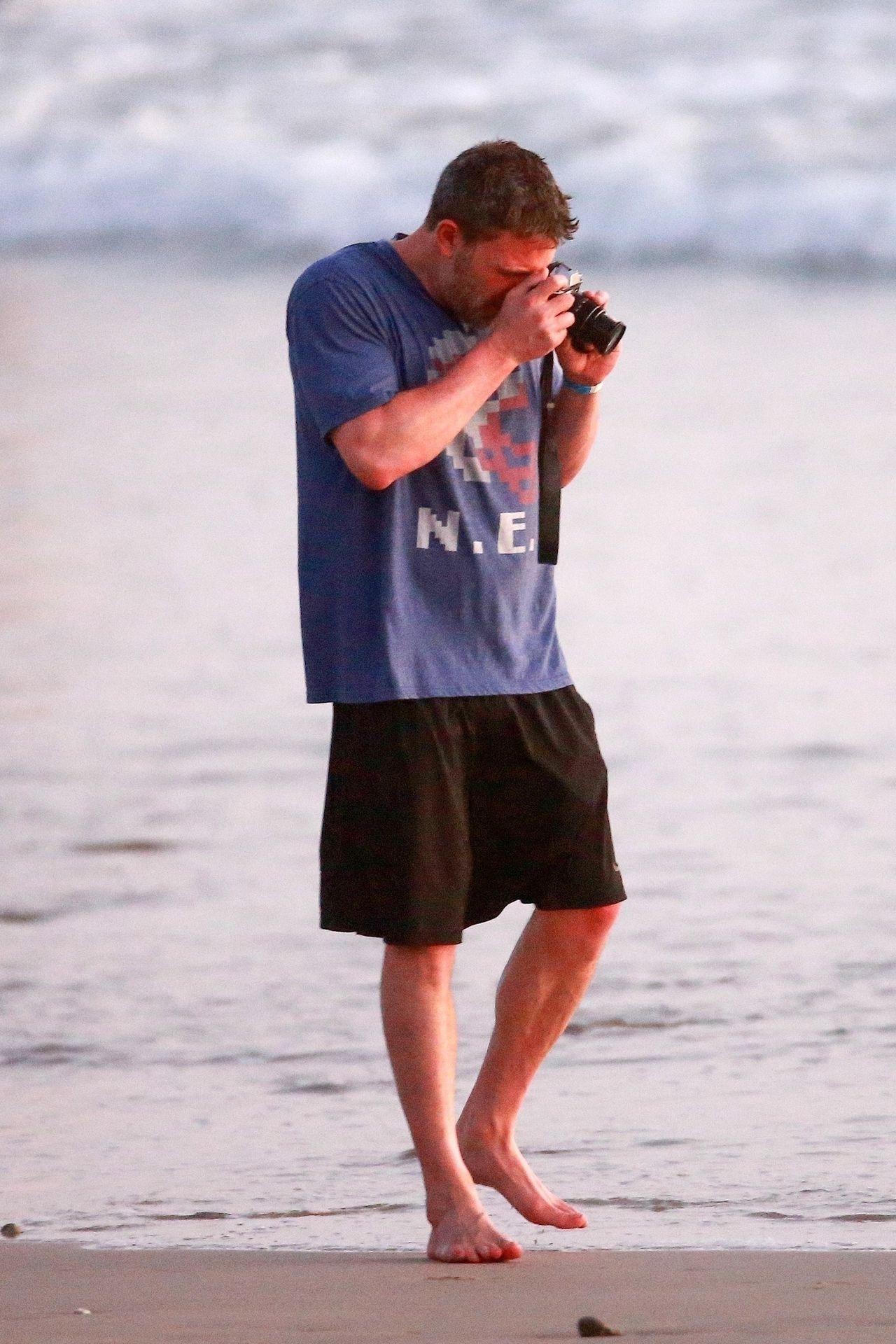 Ben Affleck & Ana De Armas Enjoy A Pda Moment During Romantic Beach Stroll In Costa Rica 0039