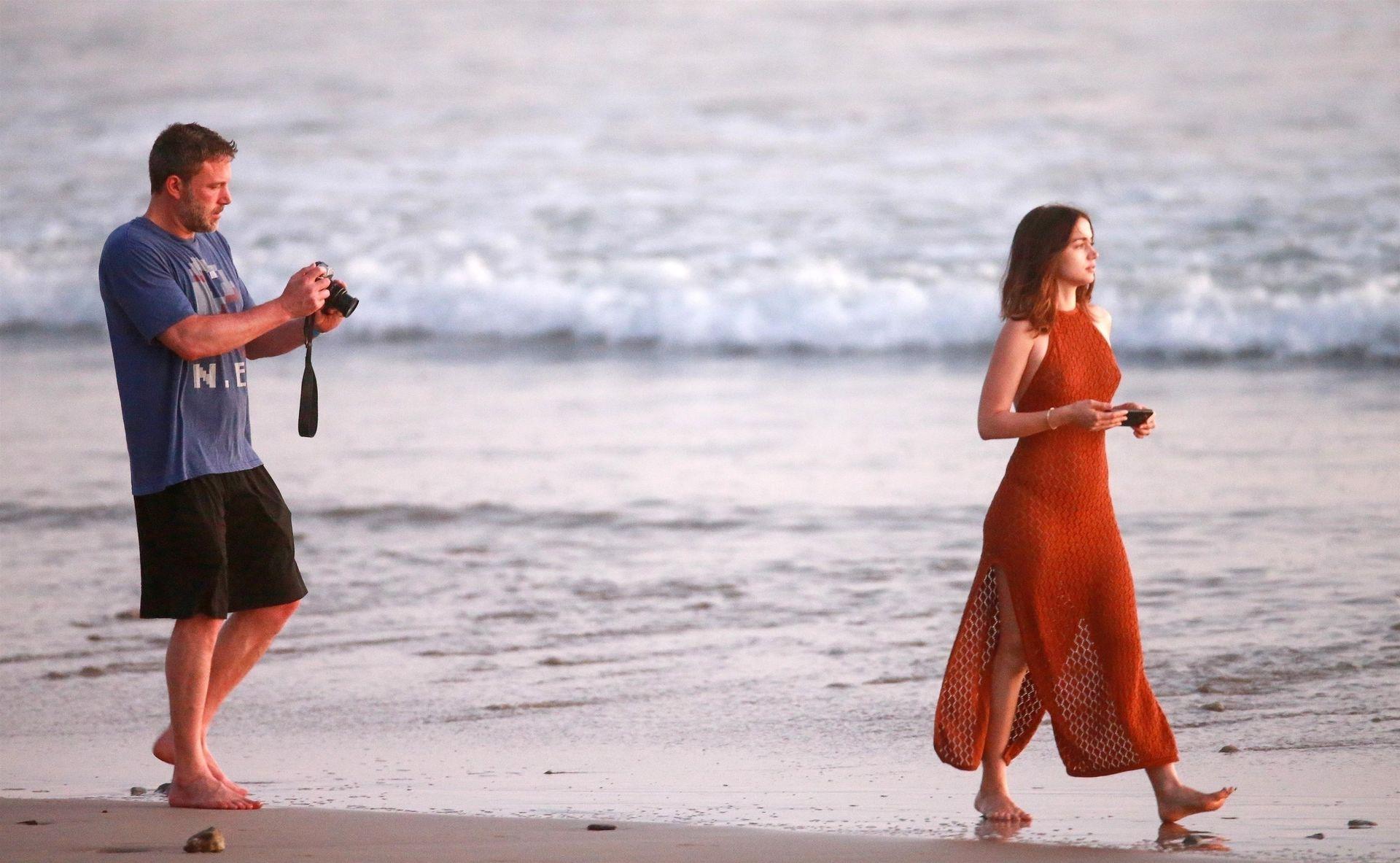 Ben Affleck & Ana De Armas Enjoy A Pda Moment During Romantic Beach Stroll In Costa Rica 0040