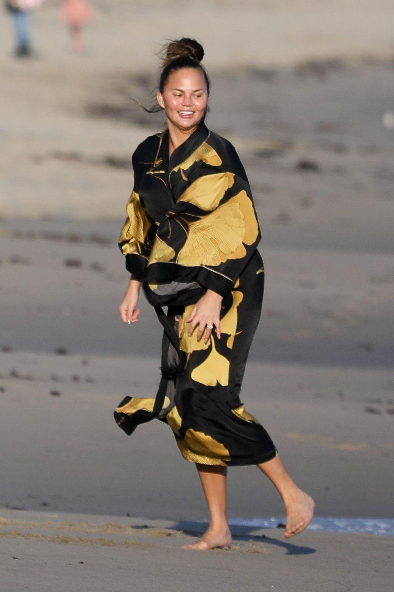 Chrissy Teigen Enjoys A Beach Day In Malibu Amid All Coronavirus Chaos 0001