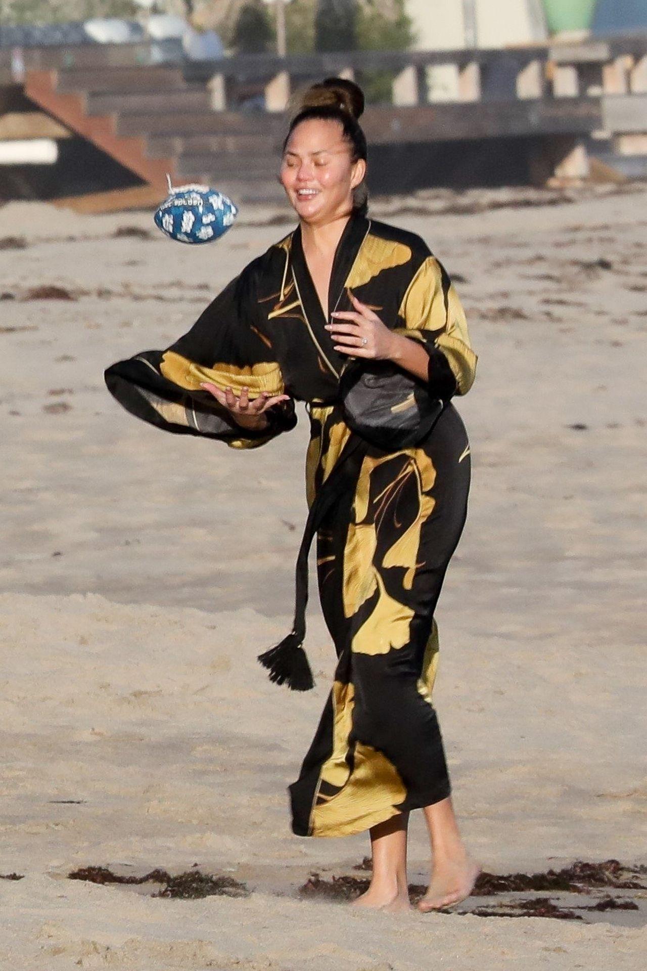 Chrissy Teigen Enjoys A Beach Day In Malibu Amid All Coronavirus Chaos 0002