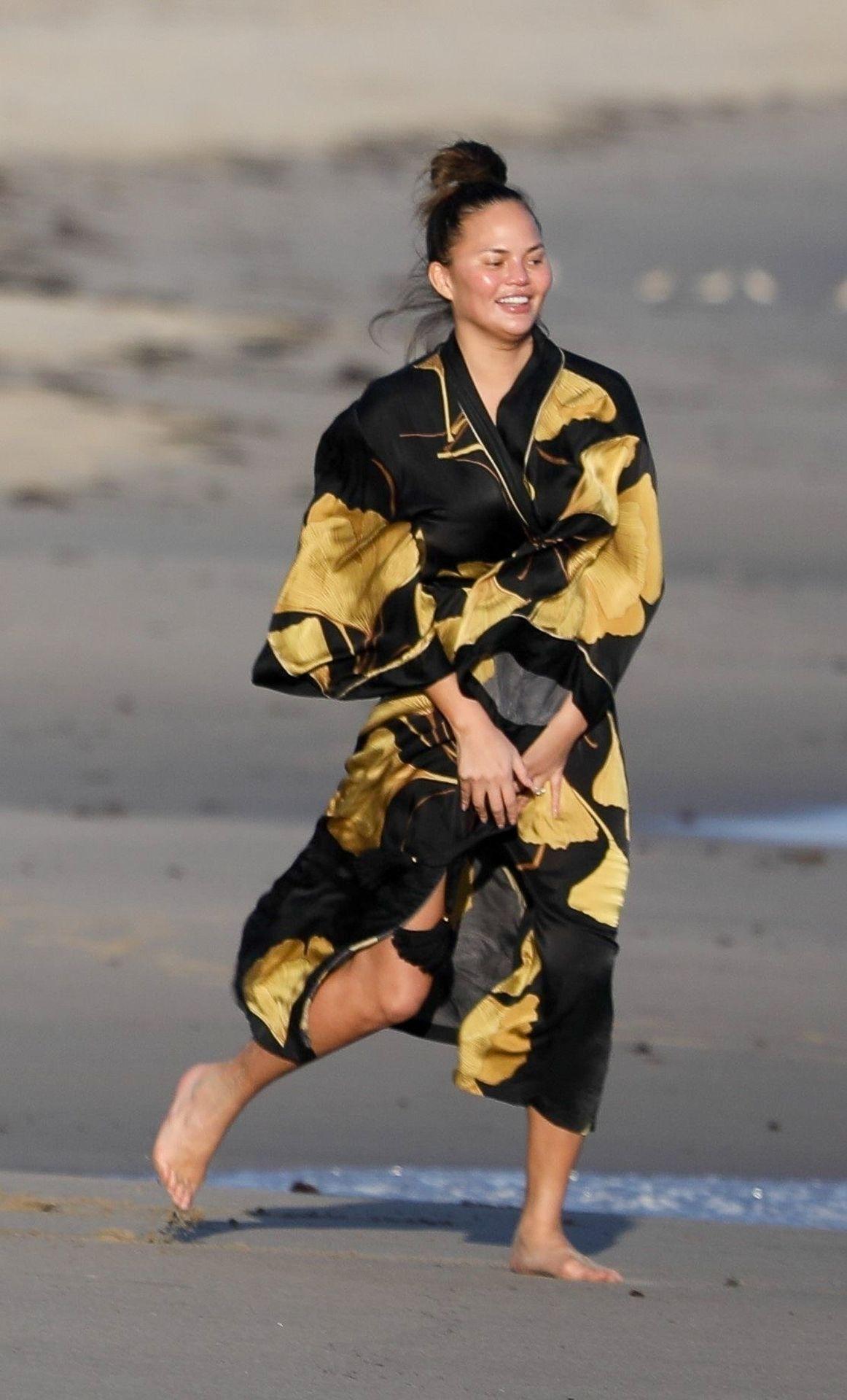 Chrissy Teigen Enjoys A Beach Day In Malibu Amid All Coronavirus Chaos 0003