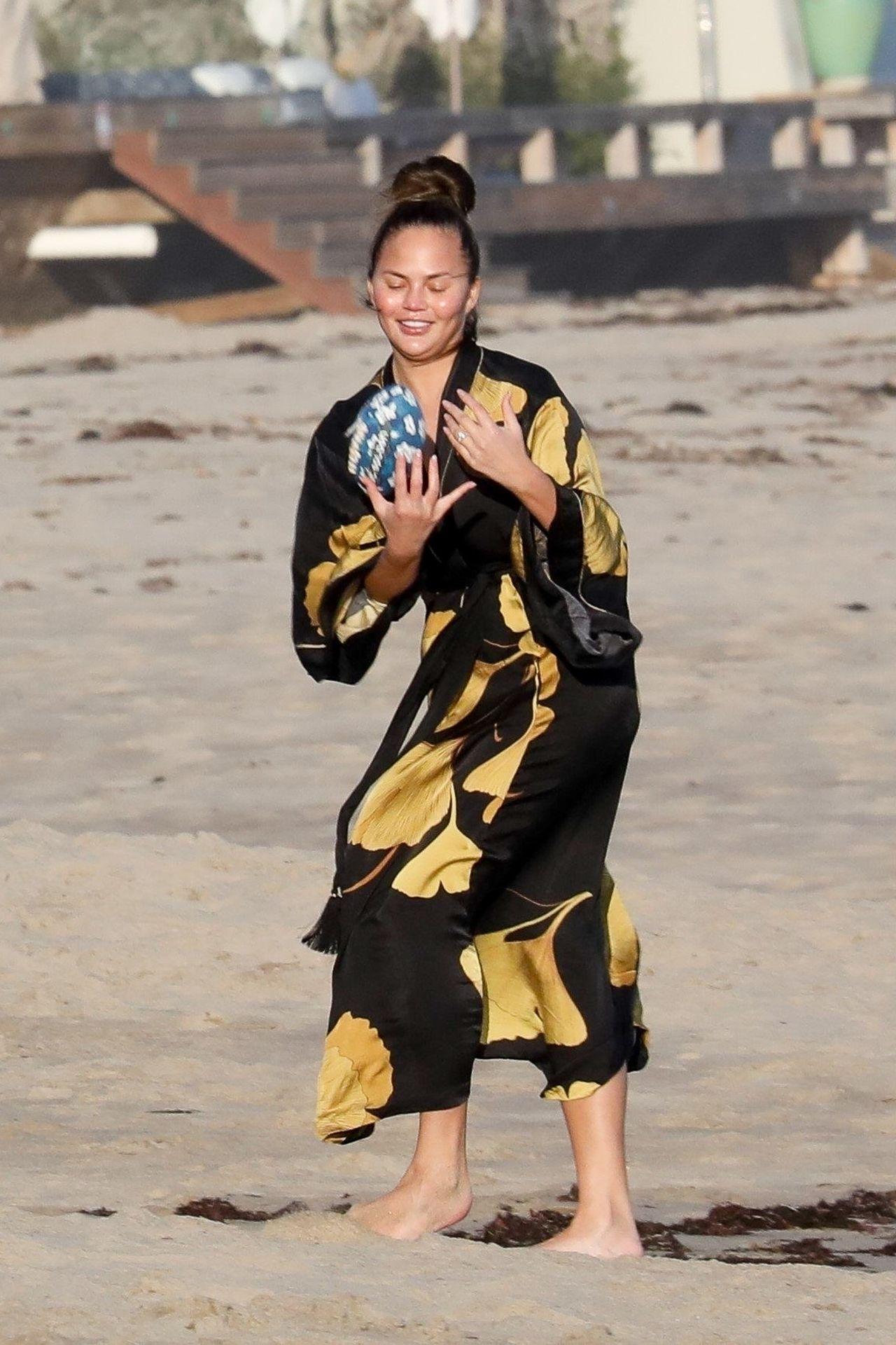 Chrissy Teigen Enjoys A Beach Day In Malibu Amid All Coronavirus Chaos 0004