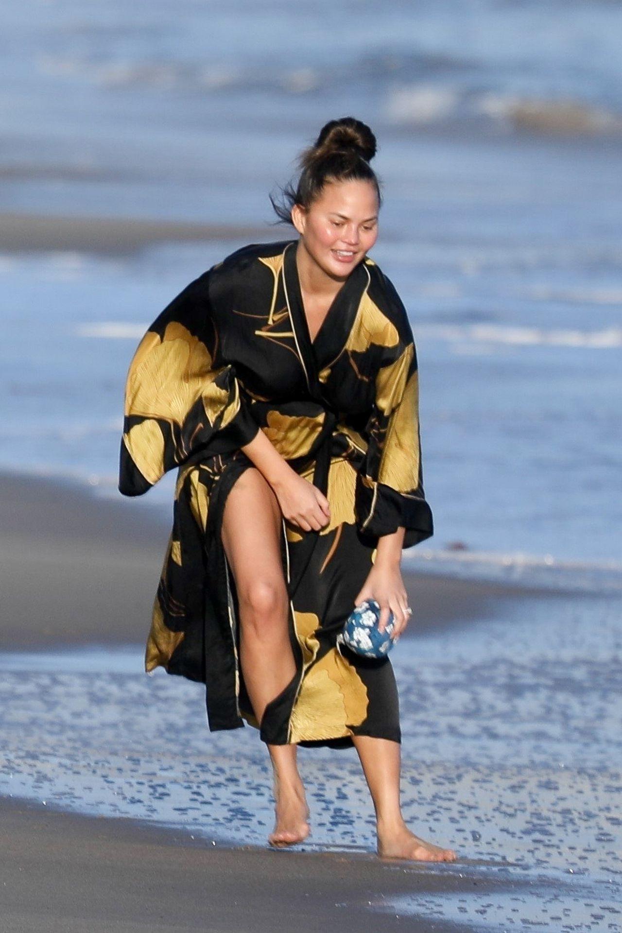 Chrissy Teigen Enjoys A Beach Day In Malibu Amid All Coronavirus Chaos 0006