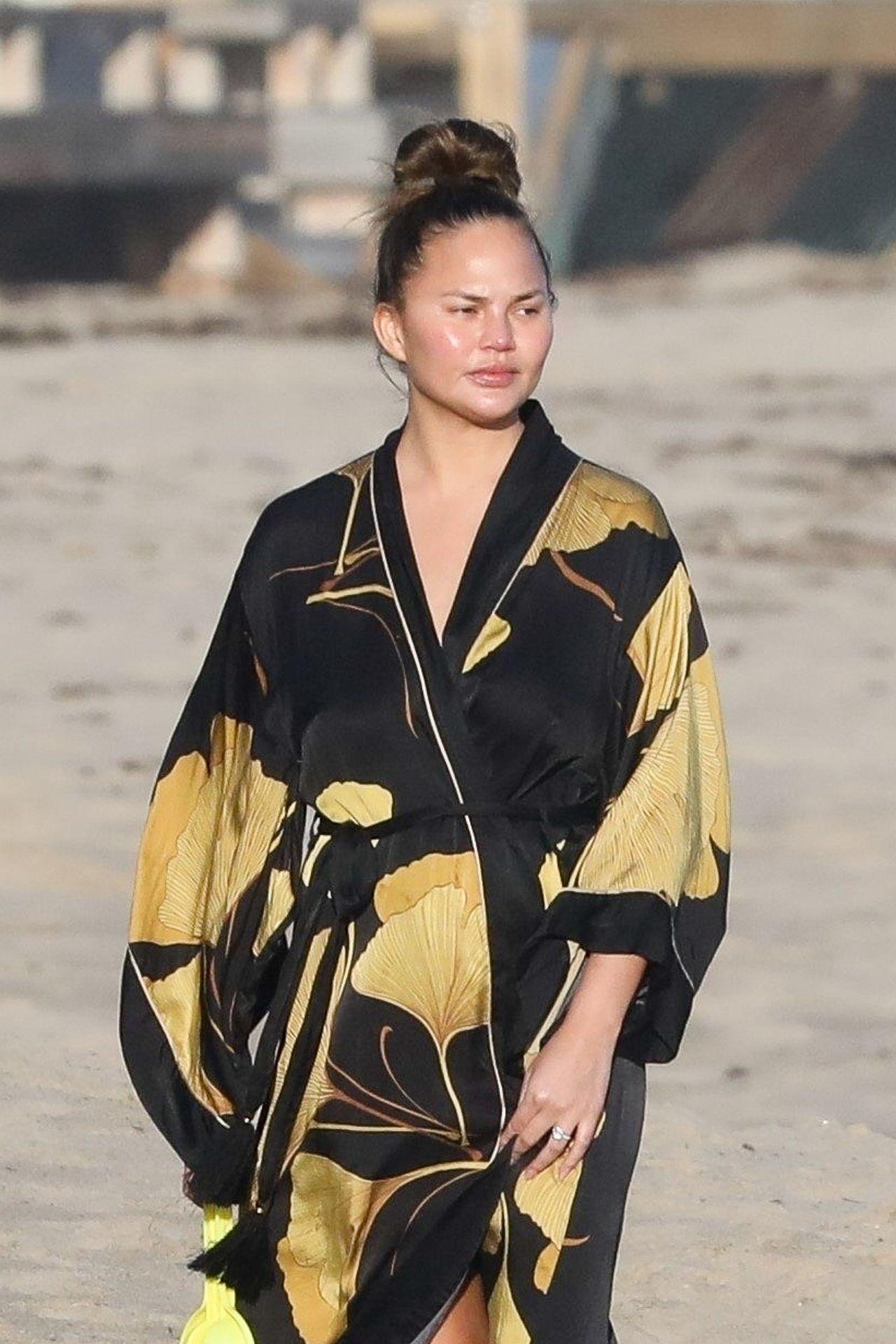 Chrissy Teigen Enjoys A Beach Day In Malibu Amid All Coronavirus Chaos 0010