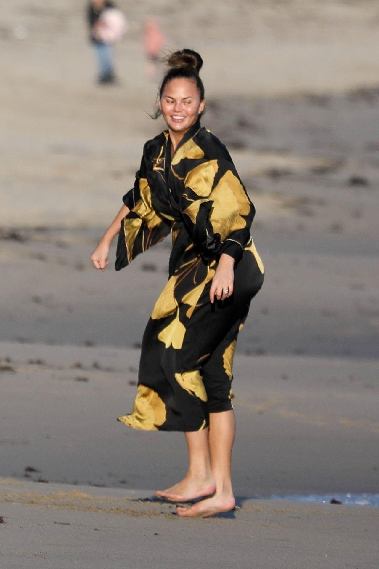 Chrissy Teigen Enjoys A Beach Day In Malibu Amid All Coronavirus Chaos 0033