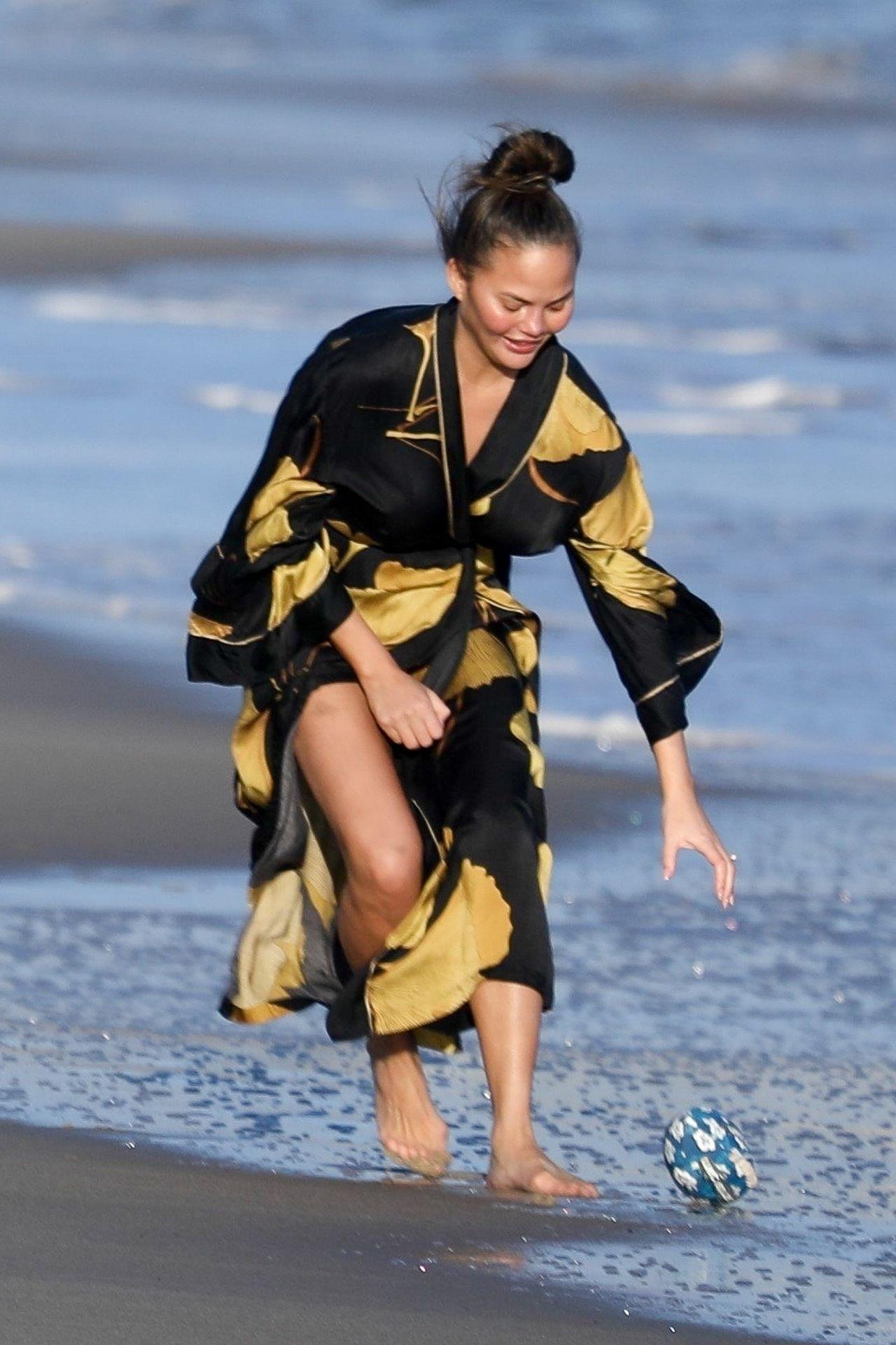 Chrissy Teigen Enjoys A Beach Day In Malibu Amid All Coronavirus Chaos 0039