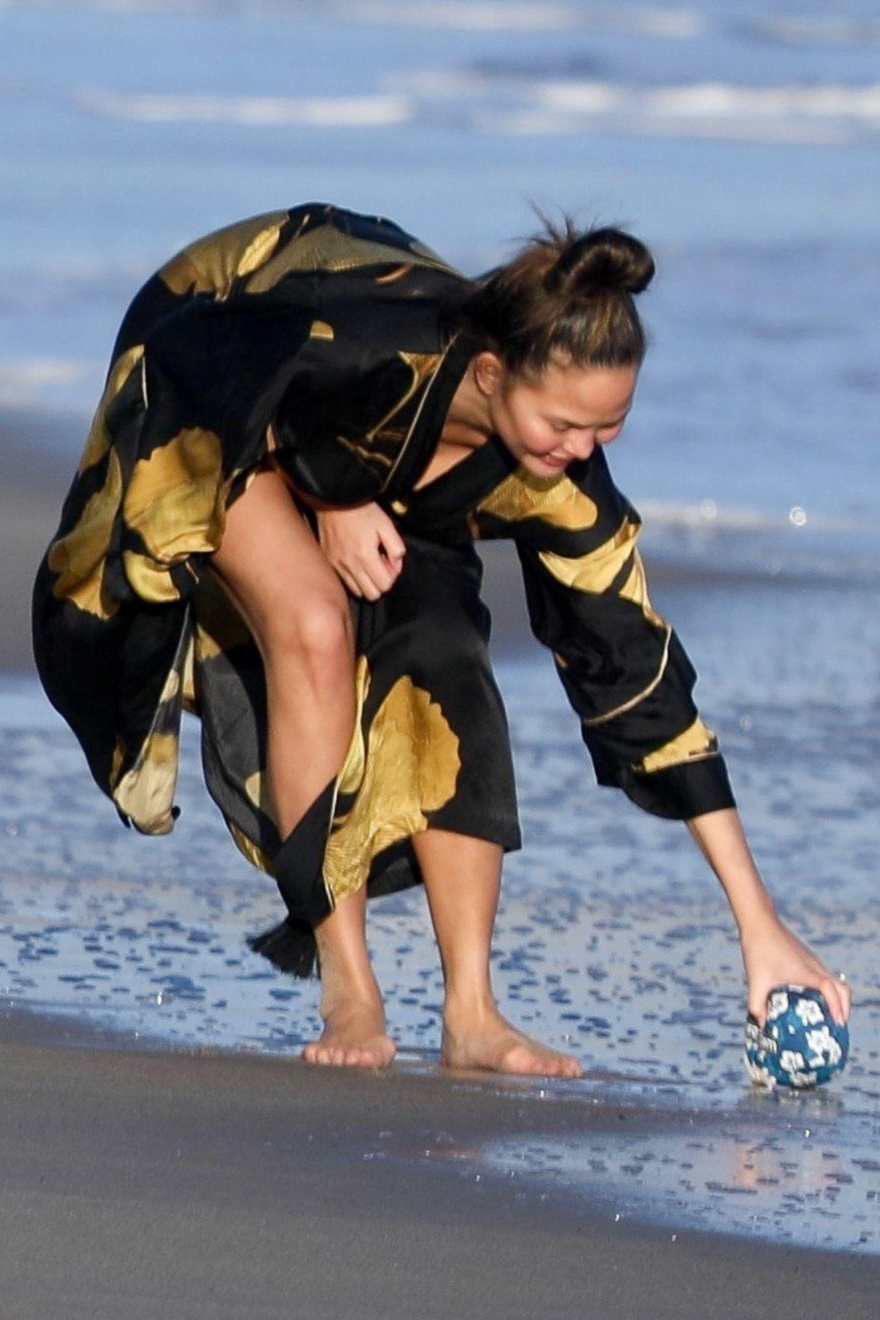 Chrissy Teigen Enjoys A Beach Day In Malibu Amid All Coronavirus Chaos 0042