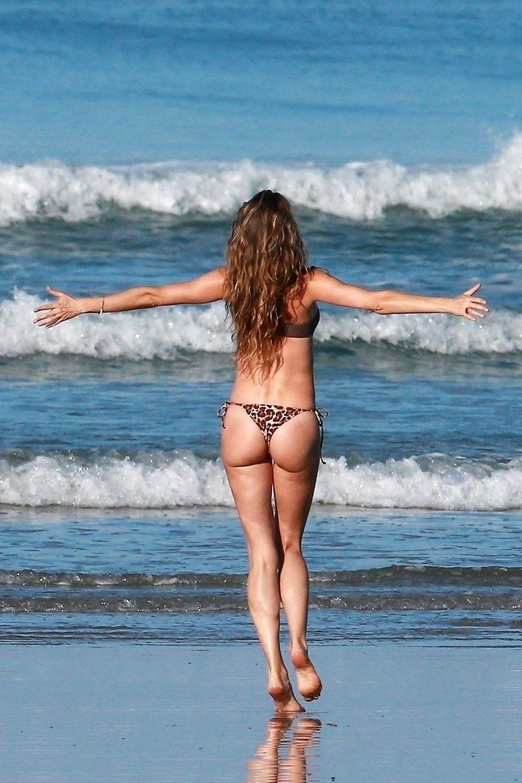 Gisele Bundchen Puts Her Incredible Bikini Body On Display During A Beach Photoshoot 0018
