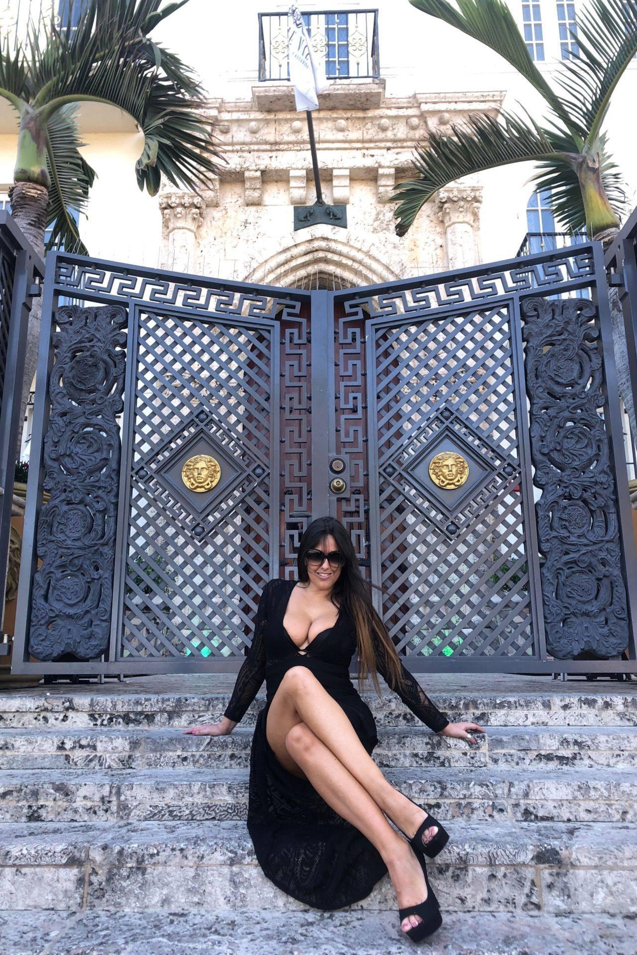 Claudia Romani – Sexy Legs And Big Boobs In Beautiful Black Dress 0002