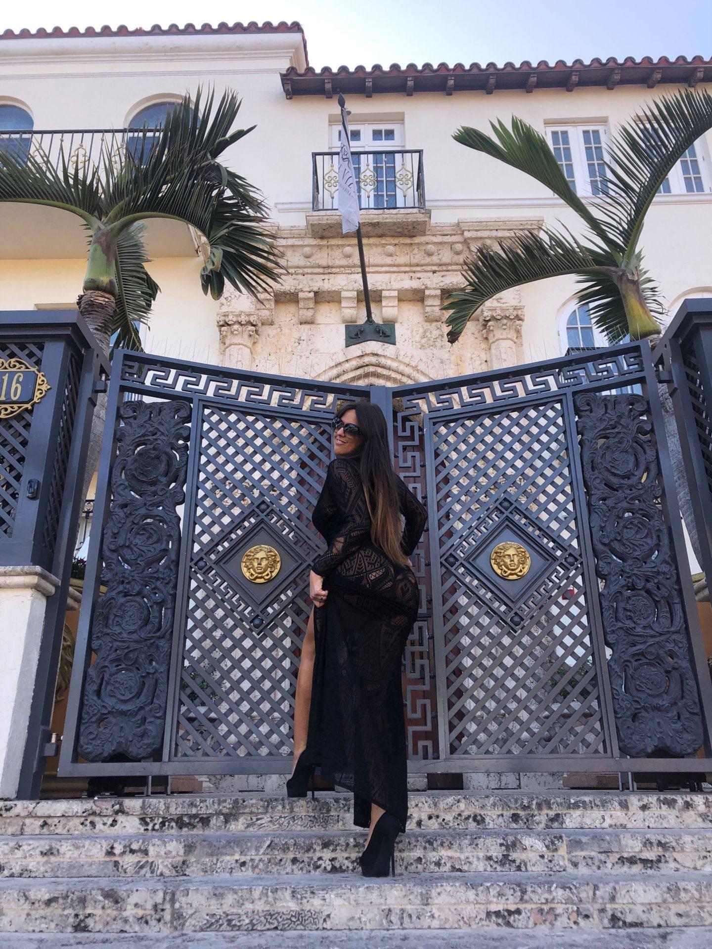 Claudia Romani – Sexy Legs And Big Boobs In Beautiful Black Dress 0010