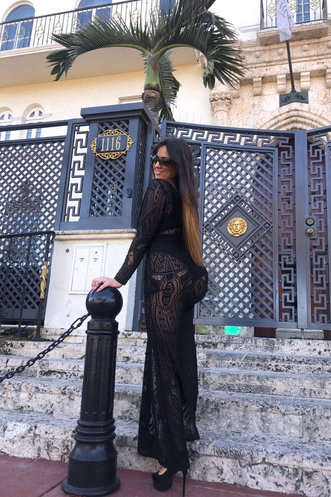Claudia Romani – Sexy Legs And Big Boobs In Beautiful Black Dress 0015