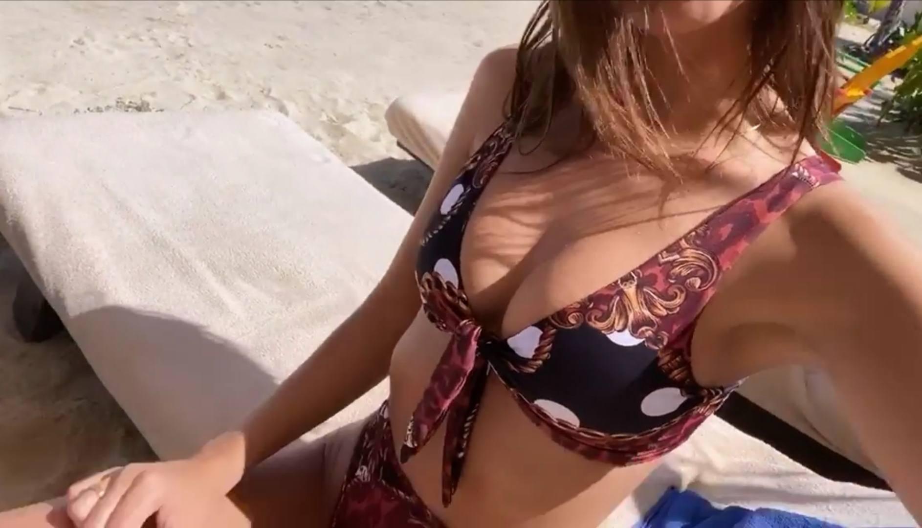 Emily Ratajkowski – Fantastic Toned Body In Sexy Bikini 0002