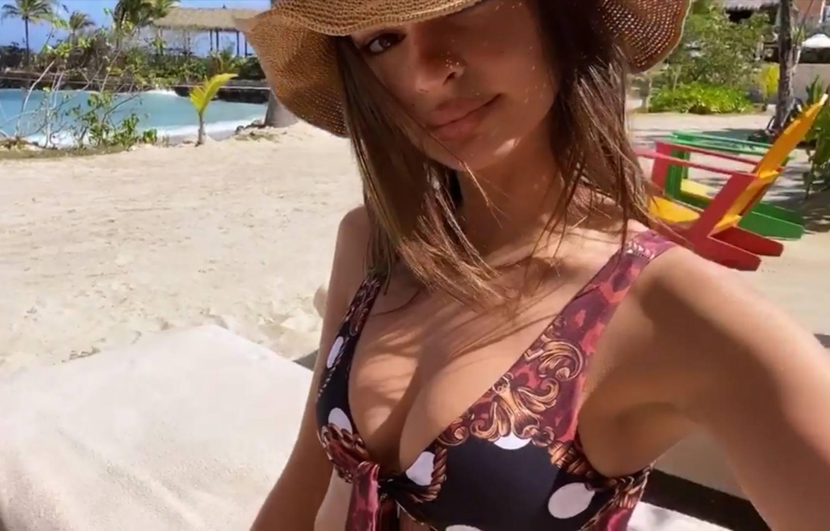 Emily Ratajkowski – Fantastic Toned Body In Sexy Bikini 0003