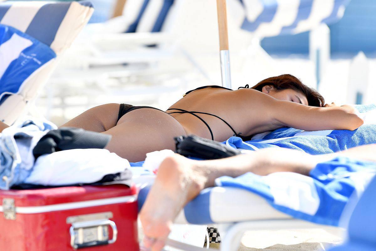 Ambra Gutierrez – Beautiful Body In Small Bikini At The Beach In Miami Beach 0002