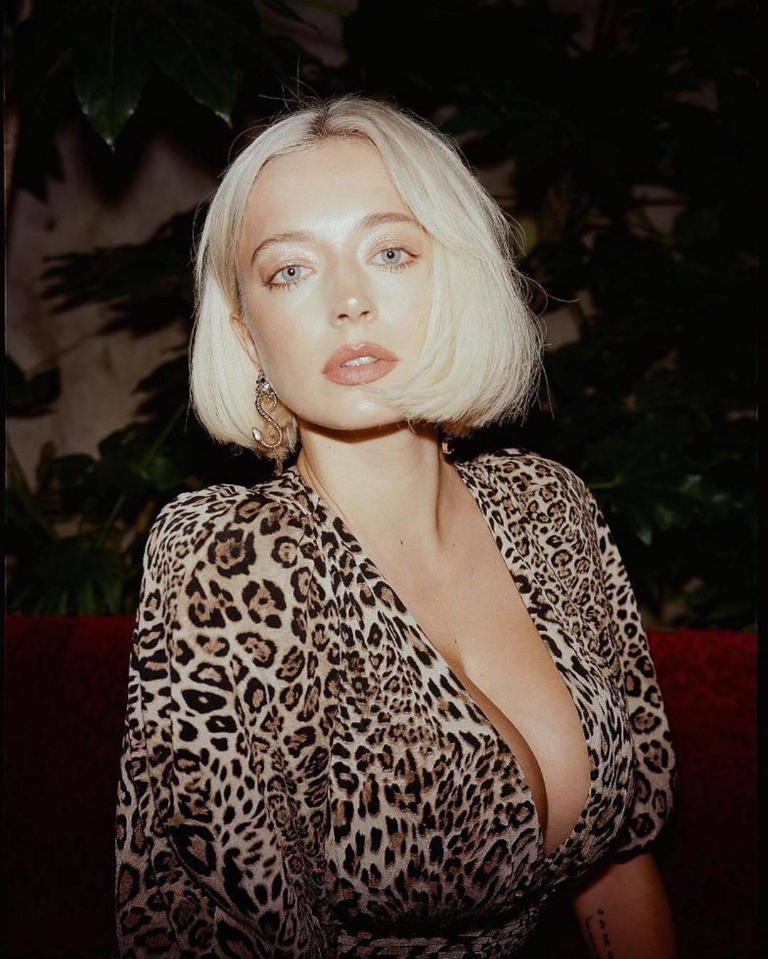 Caroline Vreeland – Sexy Big Boobs In Big Cleavage 0001