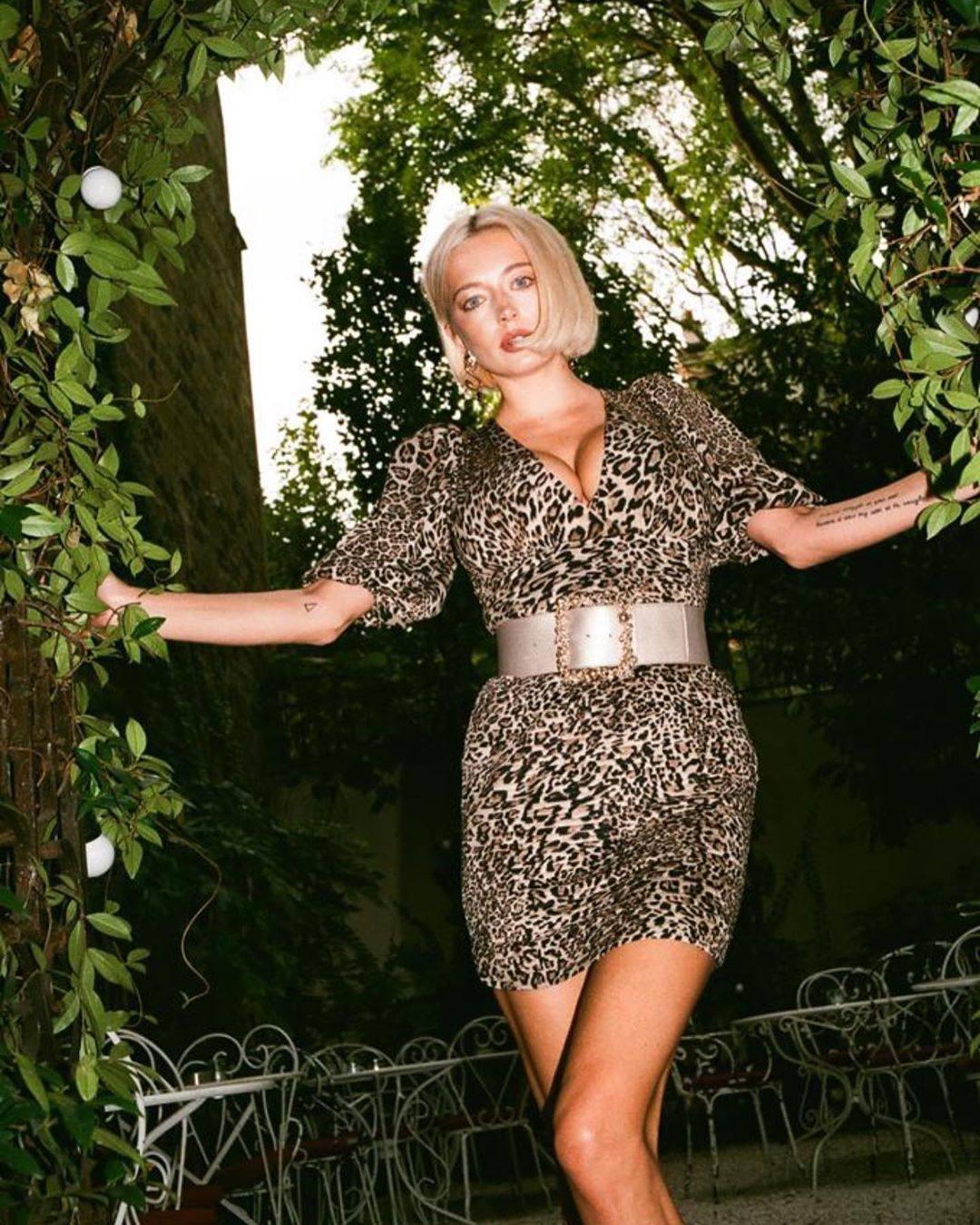 Caroline Vreeland – Sexy Big Boobs In Big Cleavage 0005