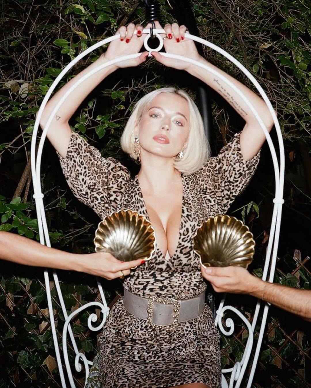 Caroline Vreeland – Sexy Big Boobs In Big Cleavage 0006