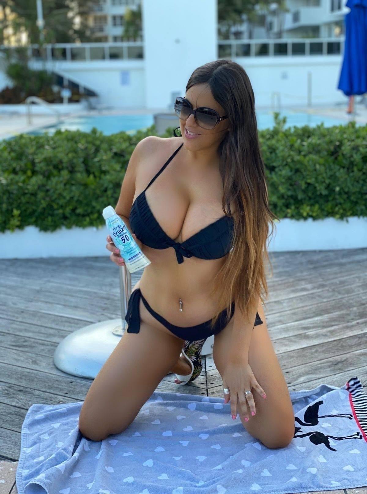 Claudia Romani – Sexy Body In Tiny Black Bikini 0005