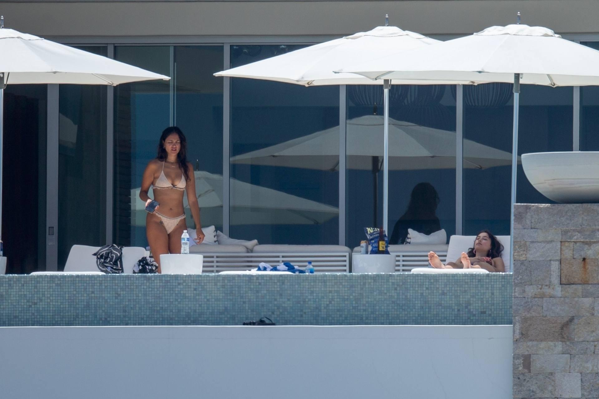 Eiza Gonzalez – Sexy In Bikini By Pool In Cabo San Lucas 0002