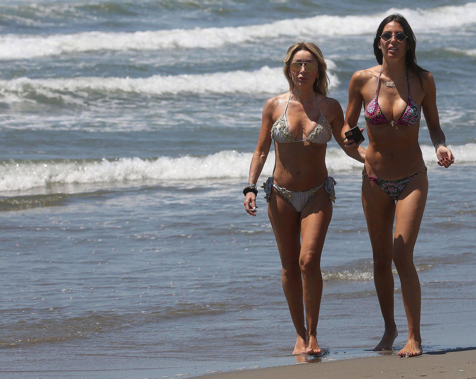 Elisabetta Gregoraci – Sexy Boobs And Ass In A Bikini At The Beach In Miami Beach 0013
