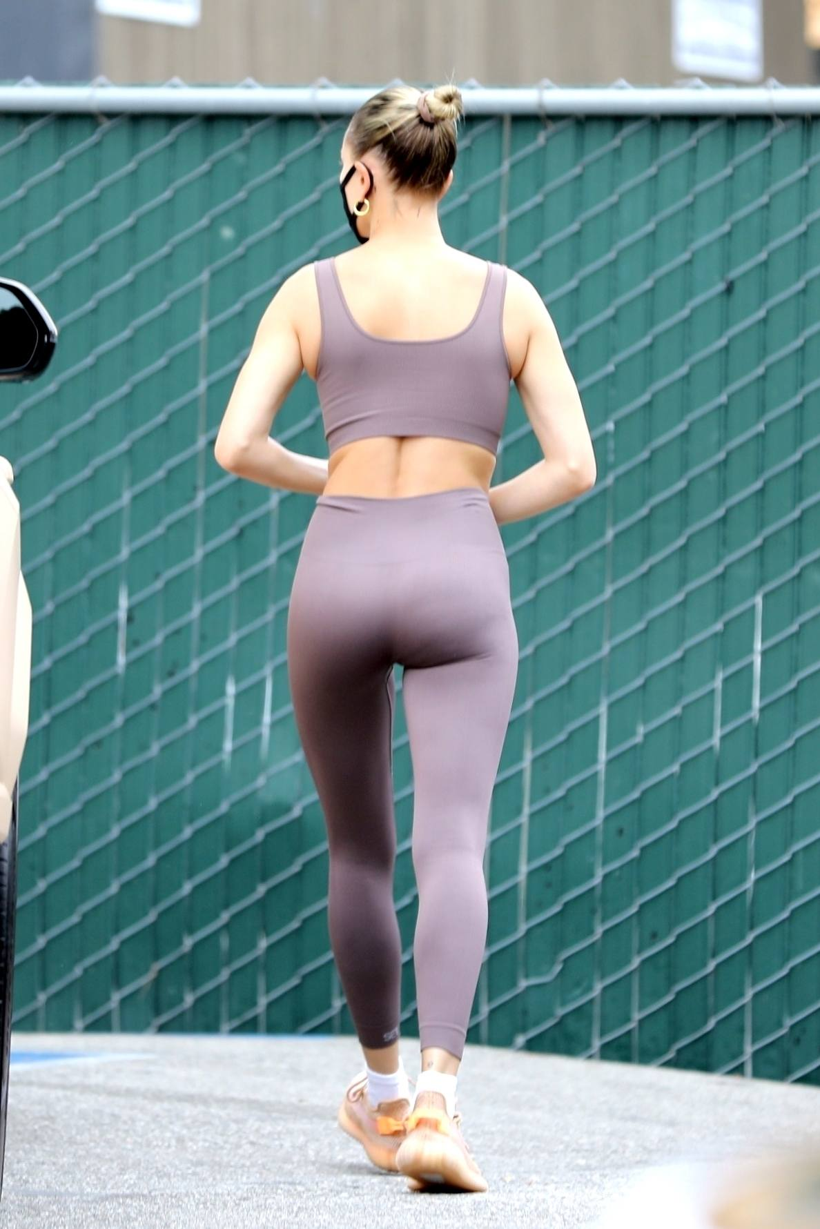 Hailey Baldwin – Beautiful Ass In Leggings Out In Los Angeles 0003