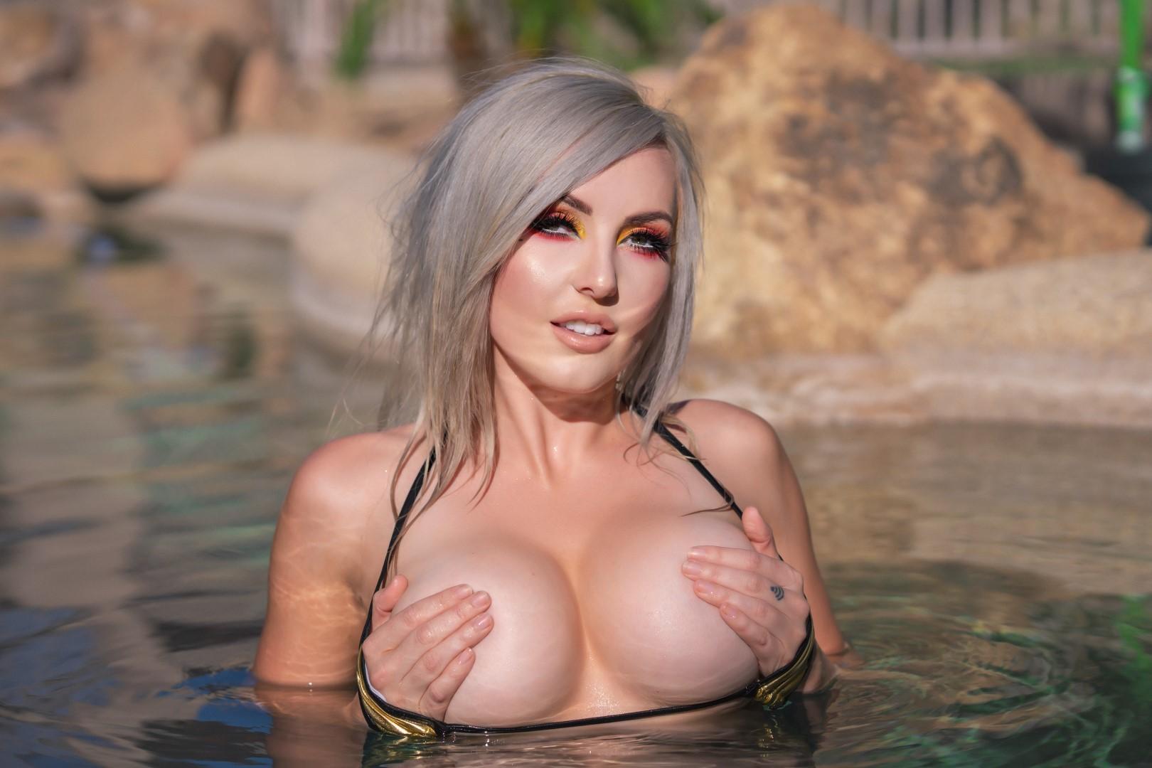 Jessica Nigri Gold Micro Bikini 0005
