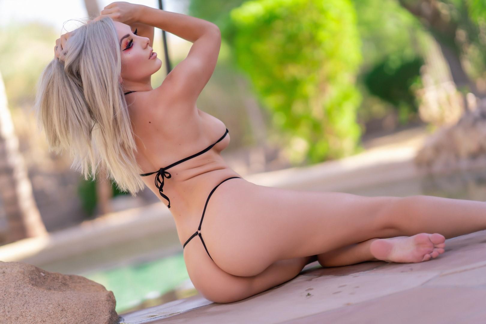Jessica Nigri Gold Micro Bikini 0029