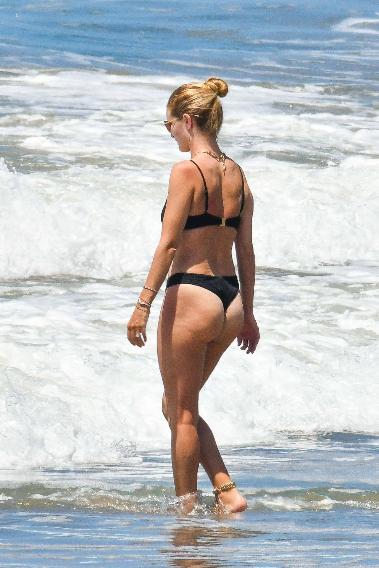 Rosie Huntington Whiteley – Beautiful Ass In Thong Bikini In Malibu 0001