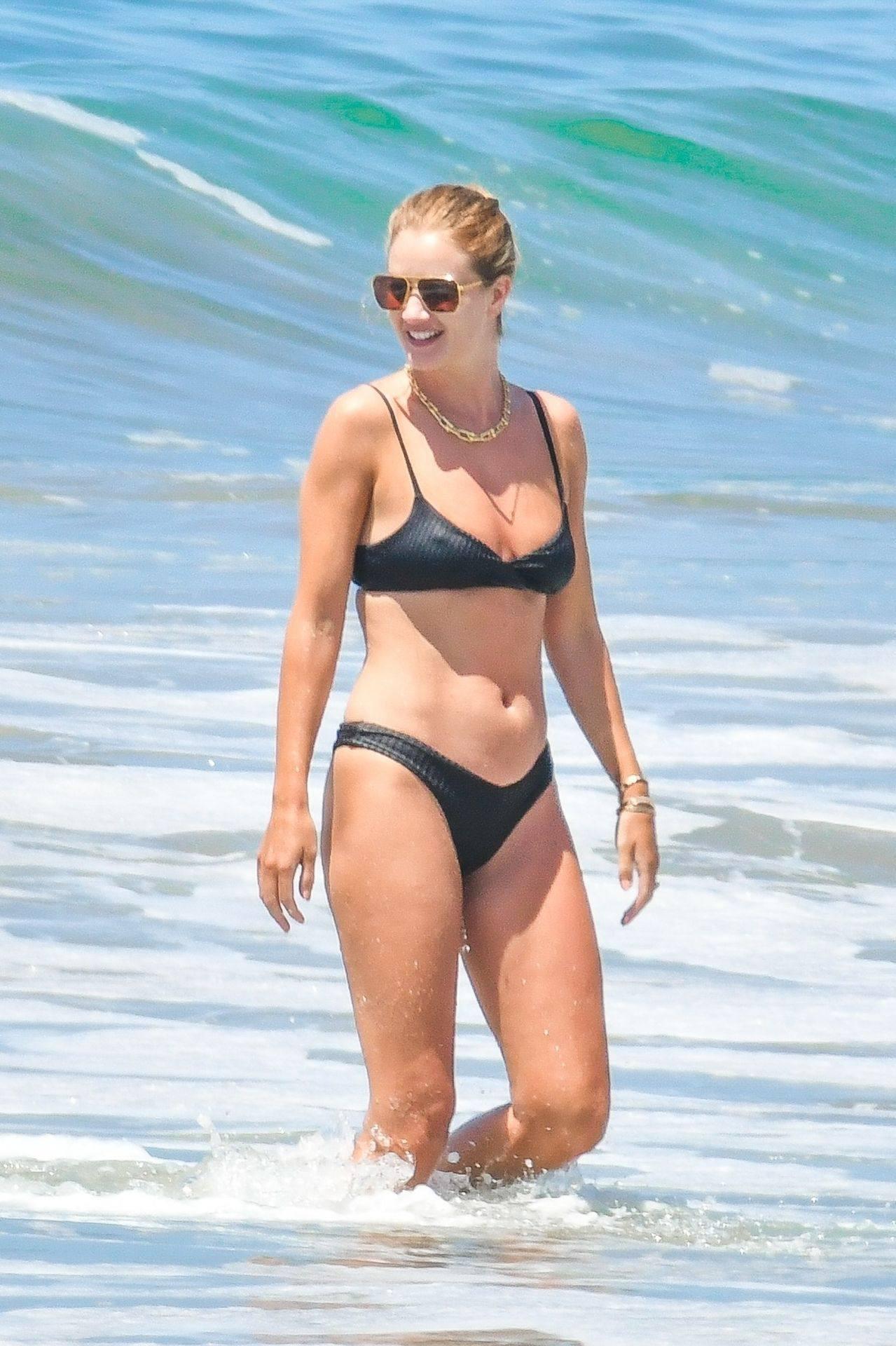 Rosie Huntington Whiteley – Beautiful Ass In Thong Bikini In Malibu 0002