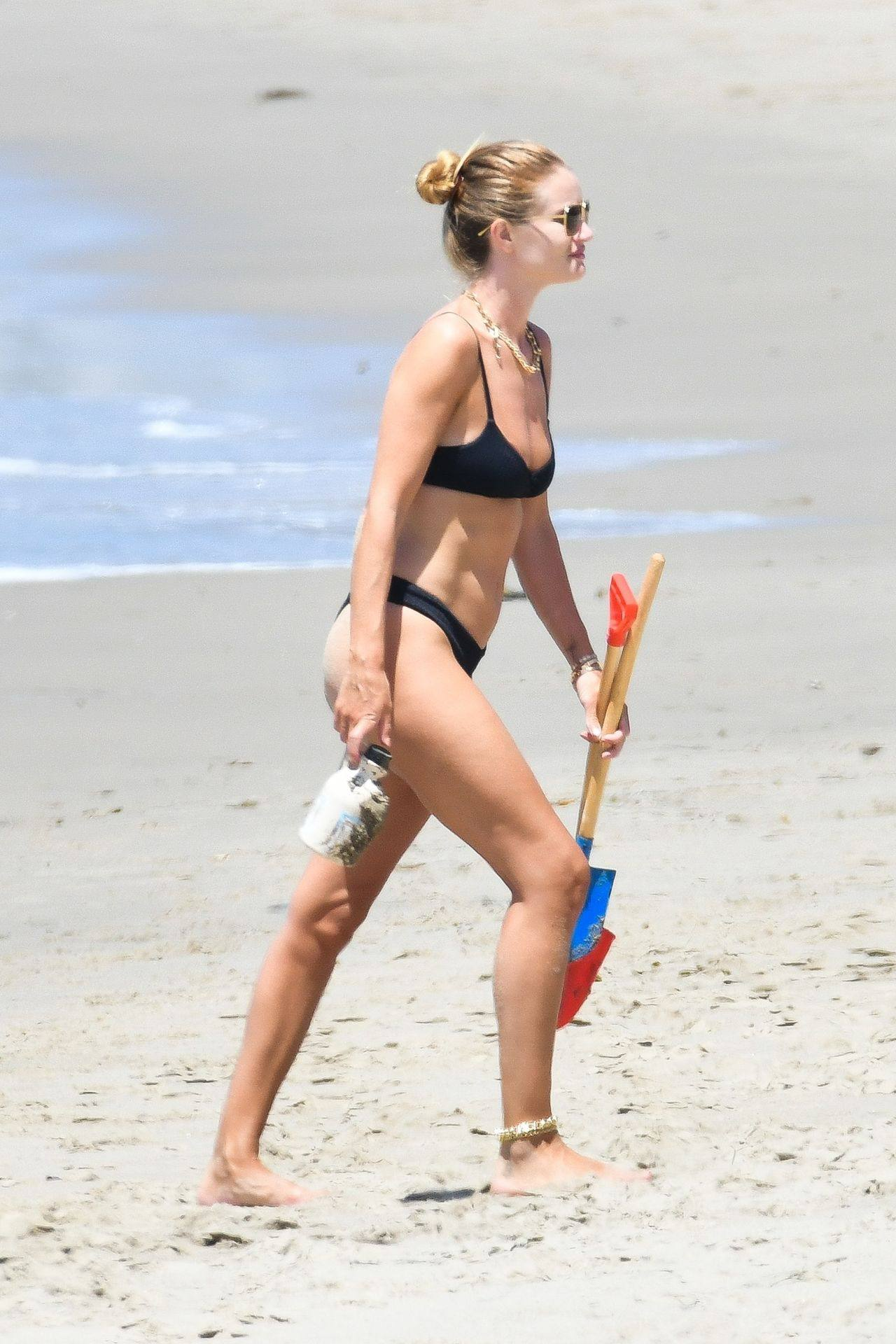 Rosie Huntington Whiteley – Beautiful Ass In Thong Bikini In Malibu 0005