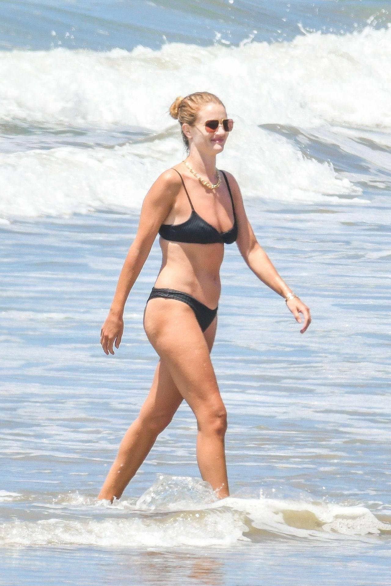 Rosie Huntington Whiteley – Beautiful Ass In Thong Bikini In Malibu 0006