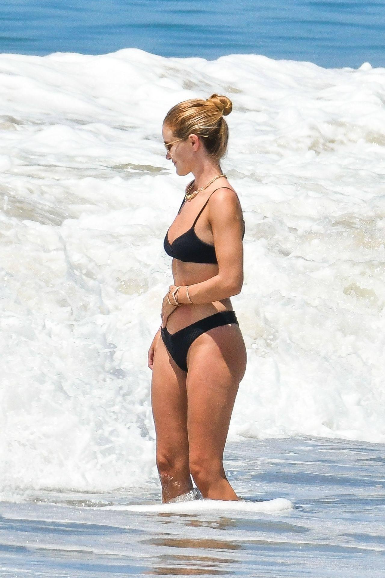 Rosie Huntington Whiteley – Beautiful Ass In Thong Bikini In Malibu 0014