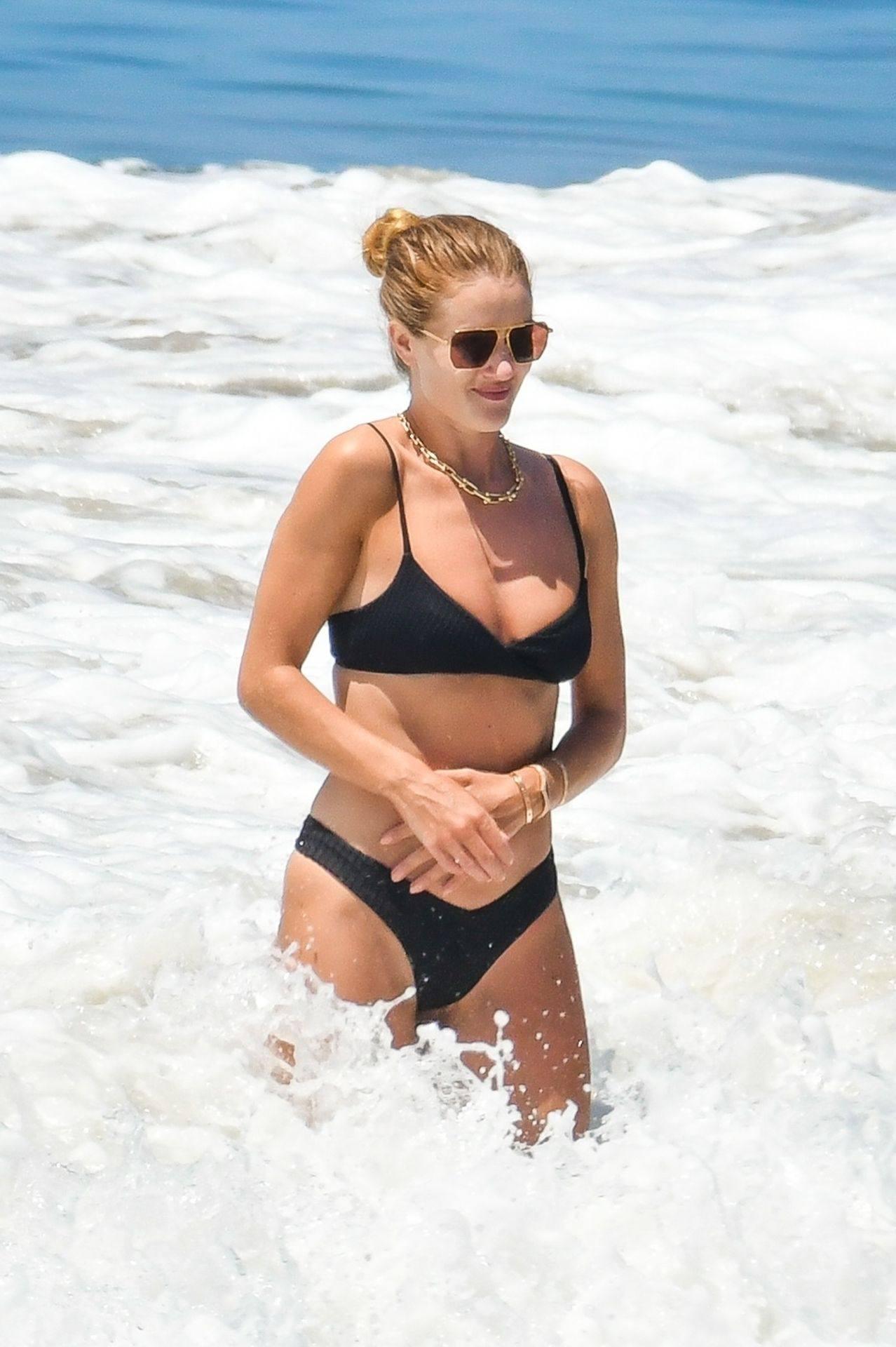 Rosie Huntington Whiteley – Beautiful Ass In Thong Bikini In Malibu 0015