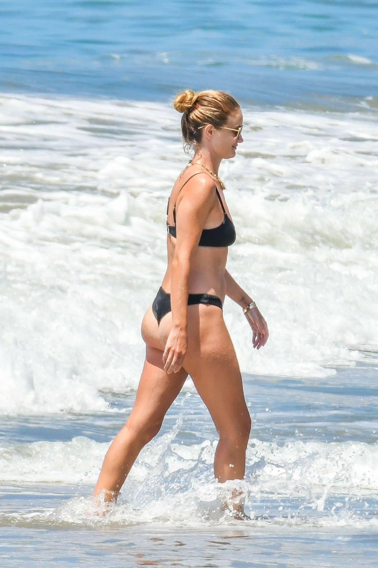 Rosie Huntington Whiteley – Beautiful Ass In Thong Bikini In Malibu 0028