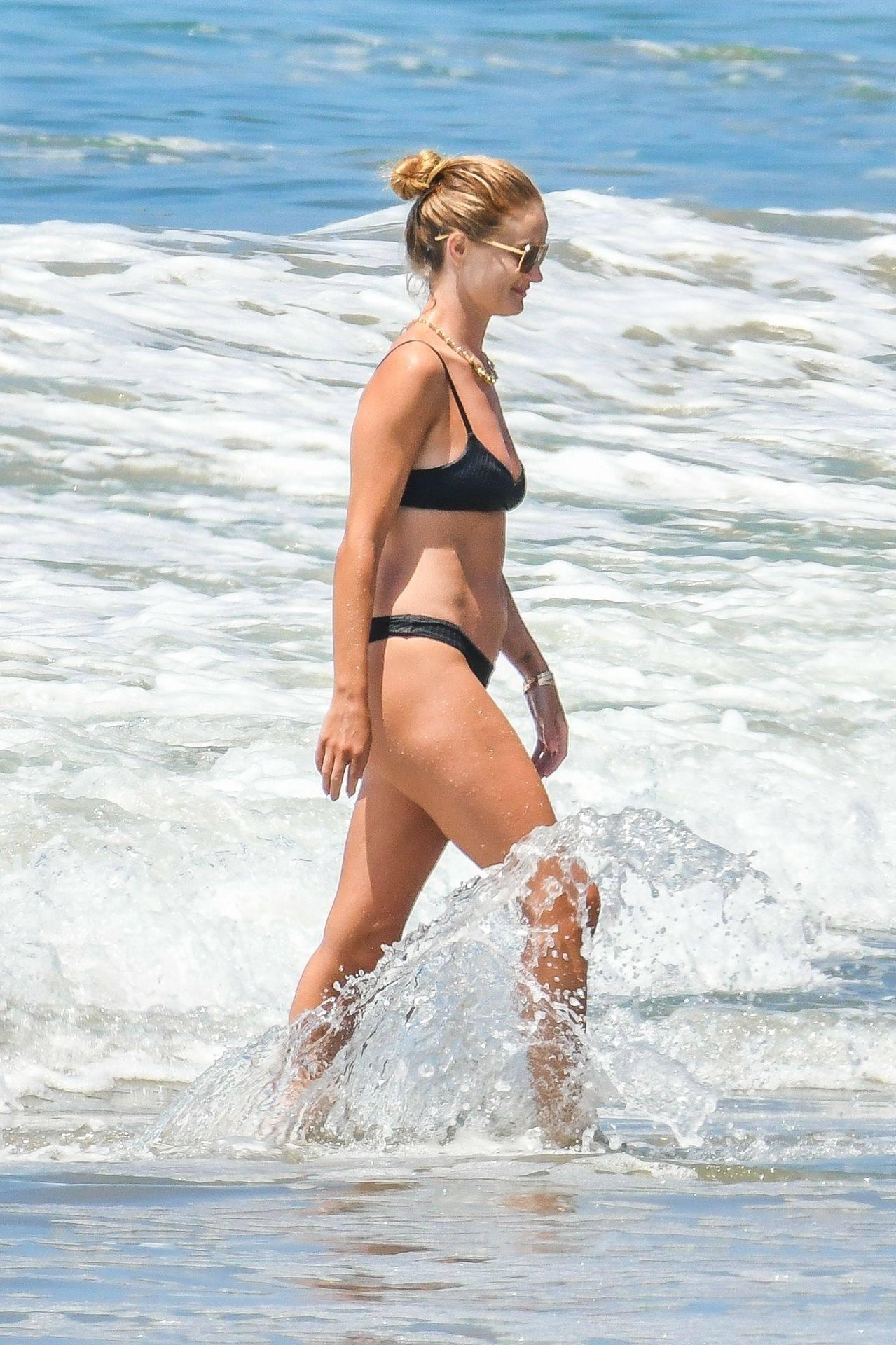 Rosie Huntington Whiteley – Beautiful Ass In Thong Bikini In Malibu 0029