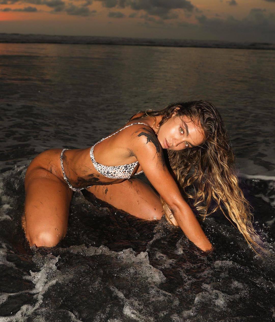 Sommer Ray – Hot Ass In Thong Bikini In Beautiful Sunset Photoshoot 0005