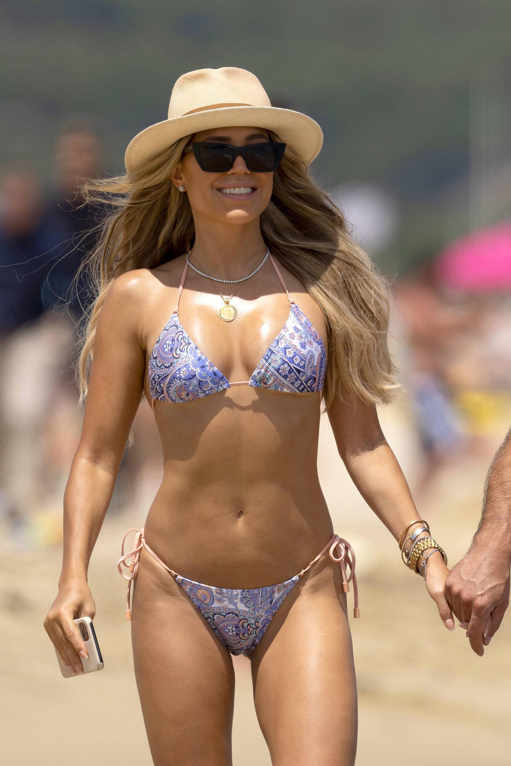 Sylvie Meis – Hot Toned Body In Sexy Bikini On The Beach In Saint Tropez 0007