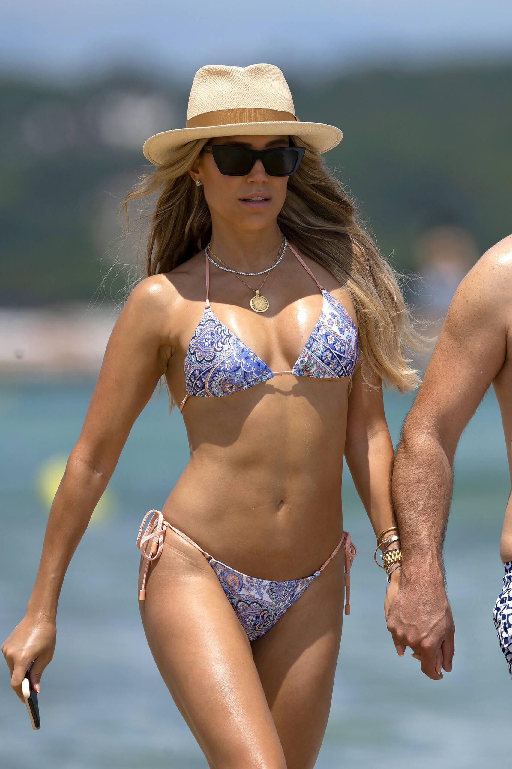Sylvie Meis – Hot Toned Body In Sexy Bikini On The Beach In Saint Tropez 0010