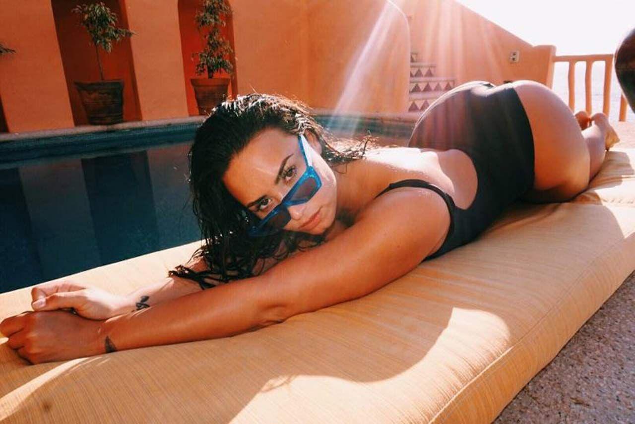 Demi Lovato Nude & Sexy 0105