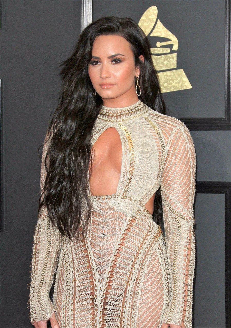 Demi Lovato Nude & Sexy 0172