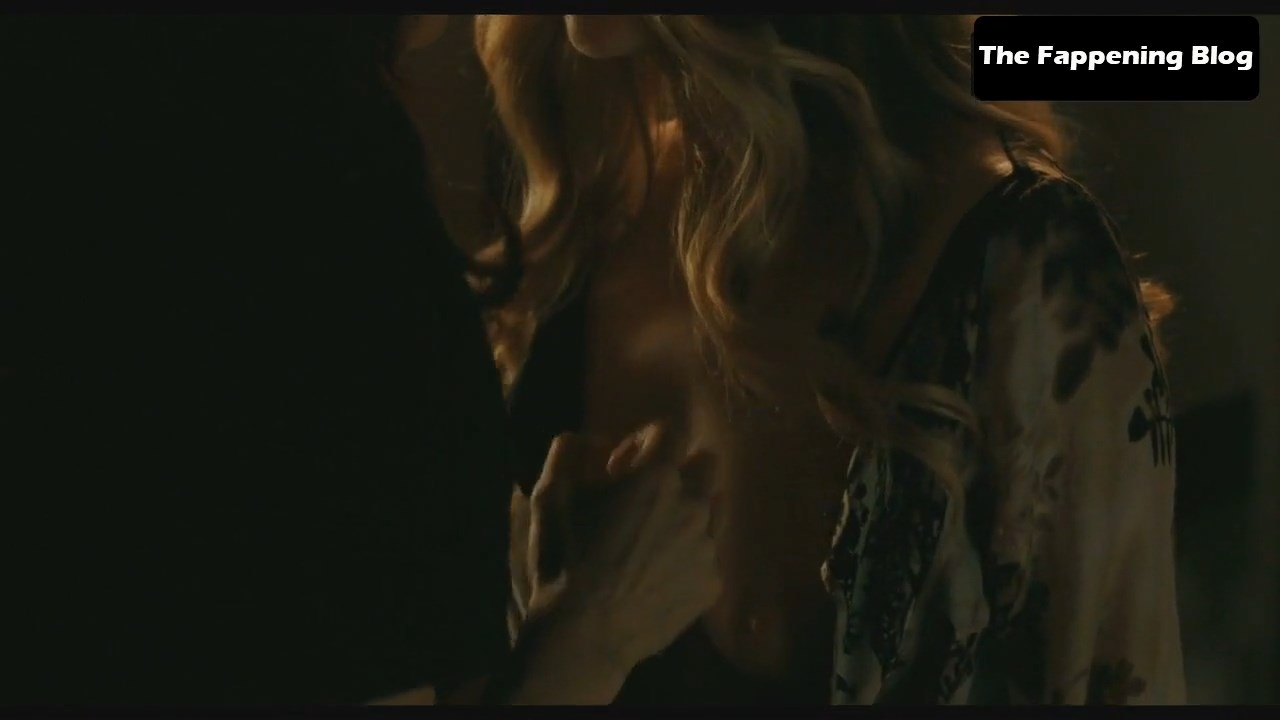 Amanda Seyfried Nude & Sexy 0135