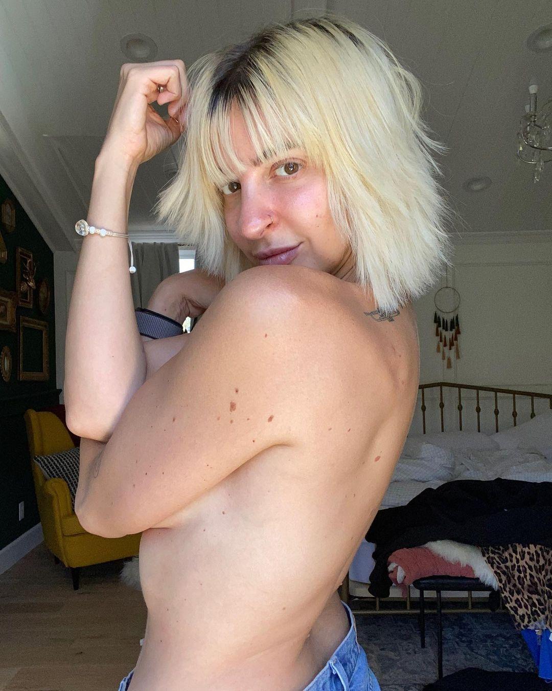 Gabbie Hanna Topless Handbra Leaked 0010