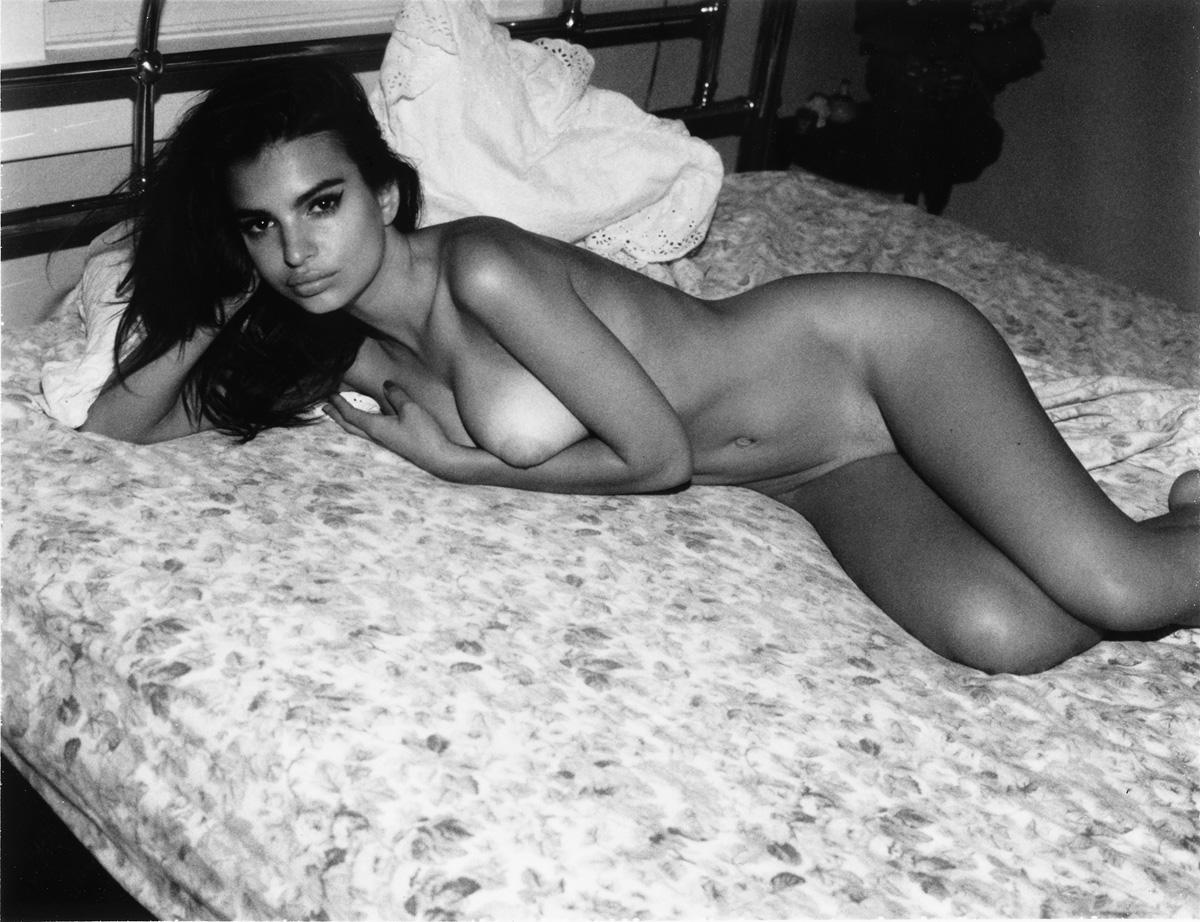 Emily Ratajkowski Nude Lounging Photoshoot Leaked Hrhbqi